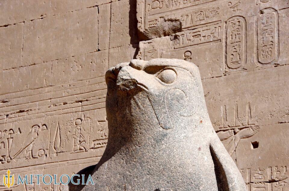 Horus ––∈ Dios egipcio de la guerra y el cielo